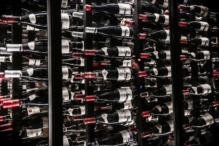 Garrafeira secreta - Como esconder as tuas garrafas -